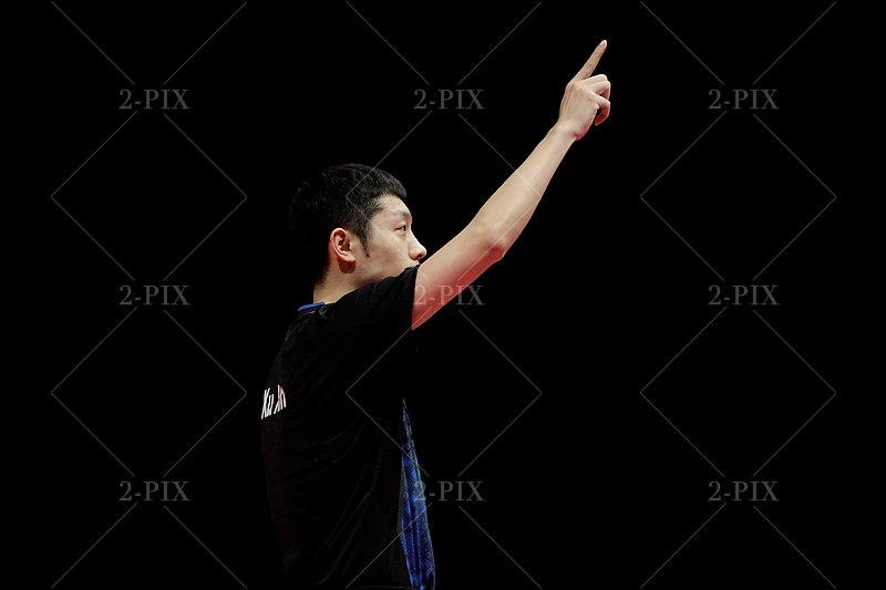 Xu Xin, 许昕 (CHN) Tischtennis Spieler, bedankt sich beim Bremer Publikum nach dem Sieg mit einem Handkuss. Fotograf Binh Truong